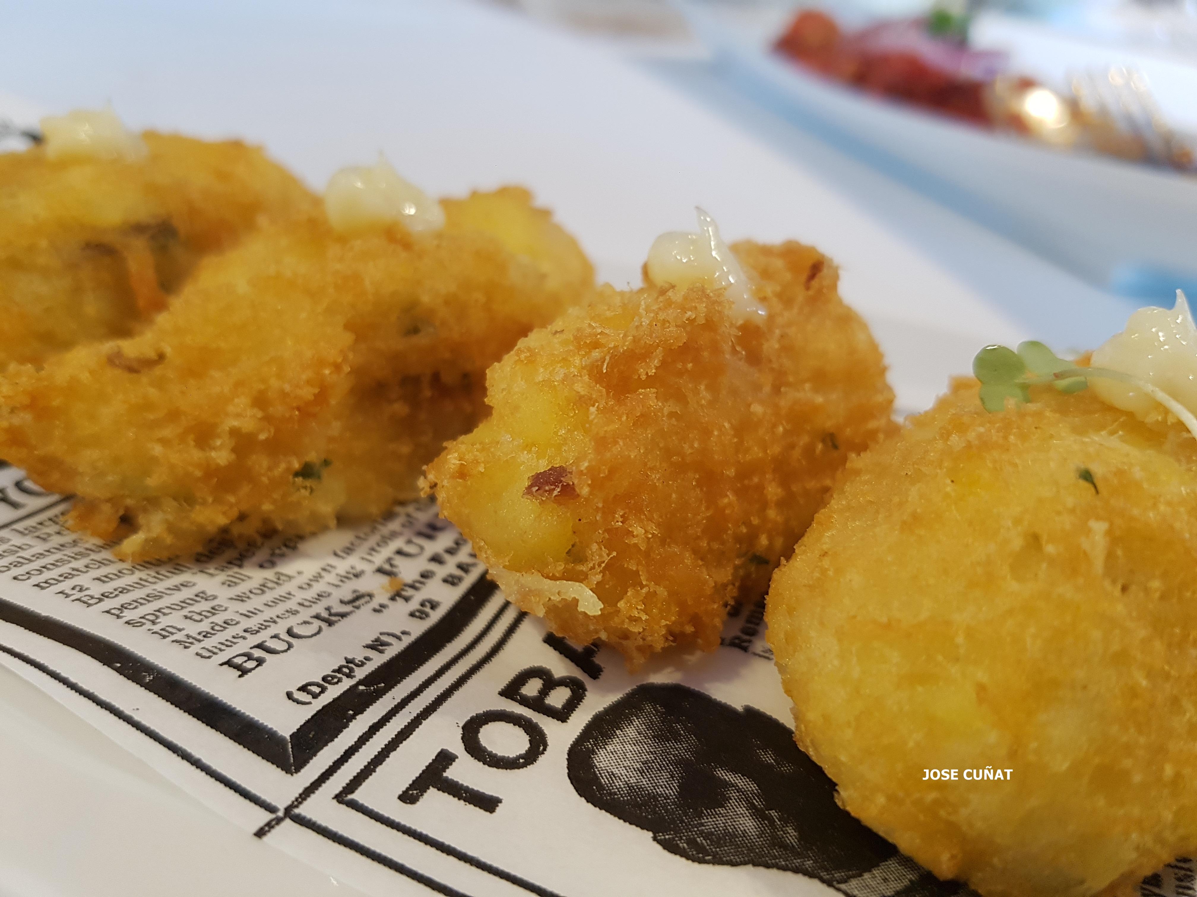 Buñuelos de bacalao con allioli de ajos asados