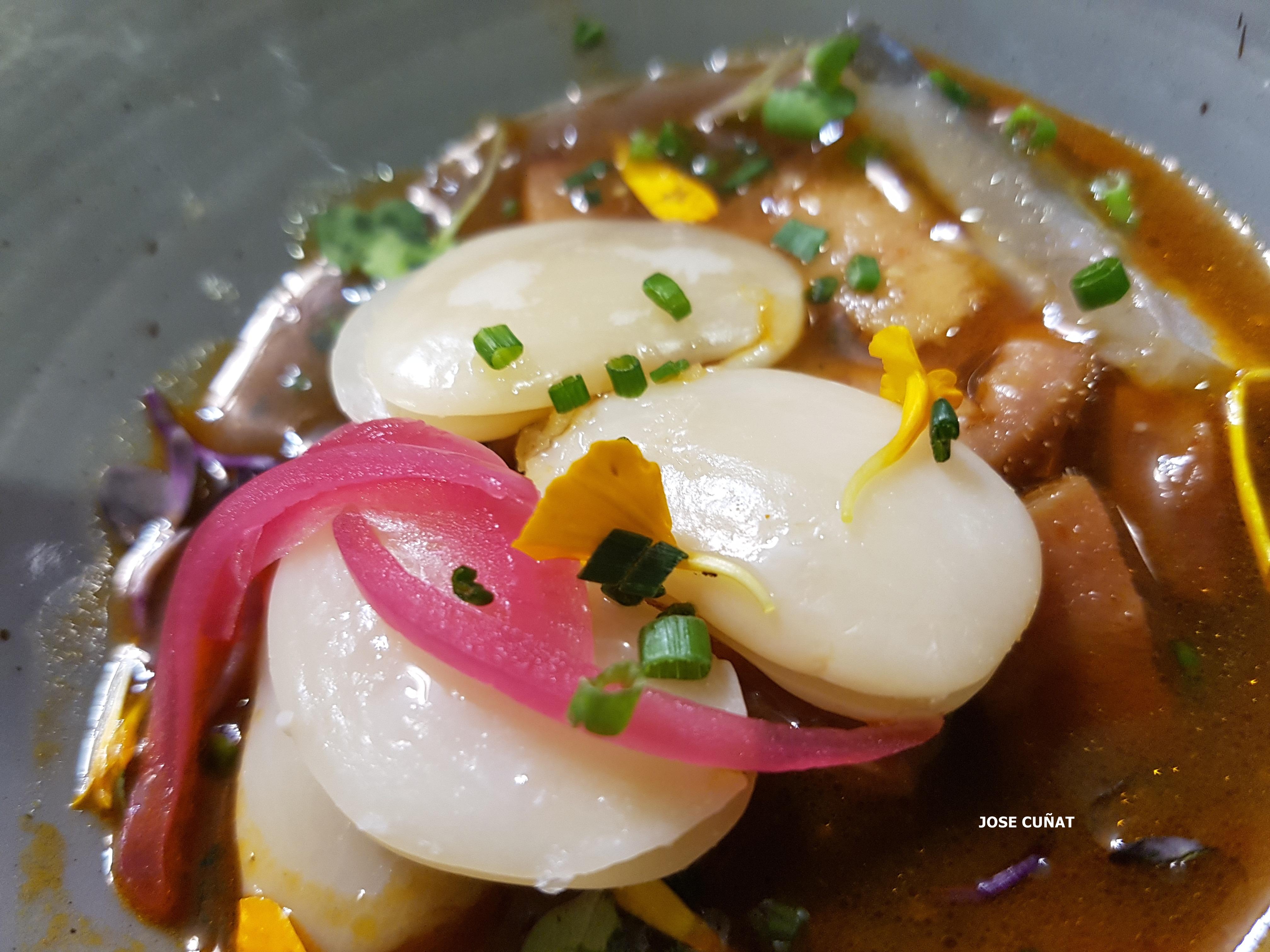 Guiso de garrofó con careta y un caldo reducido de all i pebre y anguila ahumada